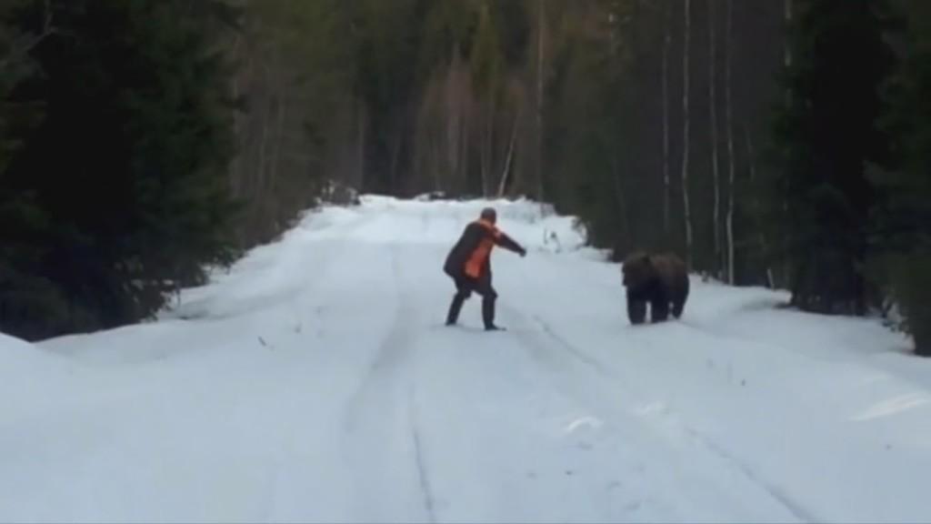 Людина, відеокамера та ведмідь