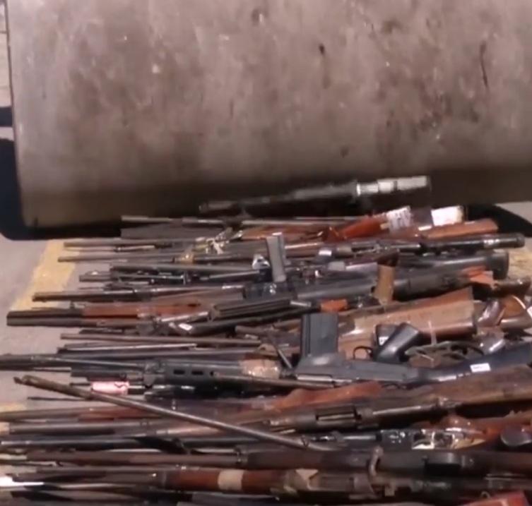 У Ріо-де-Жанейро асфальтоукладачами нищать рушниці та іншу амуніцію (ВІДЕО)