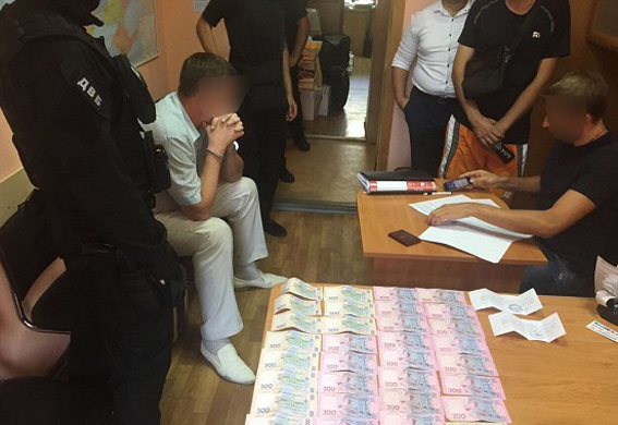 """2000 гривень – """"ціна"""" дозволу на нарізну зброю, яку вимагав начальник дозвільної системи поліції Миколаївської області"""